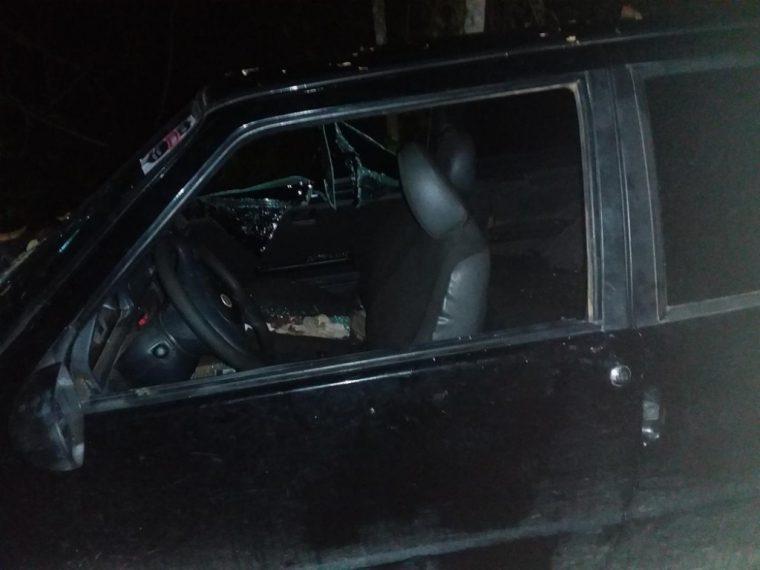 Corpo com marcas de tiros e facadas é achado ao lado de carro abandonado em Cujubim