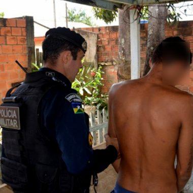 PM prende fugitivo que estava realizando roubos e apreende arma e drogas