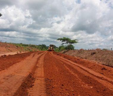 Rodovias são atendidas com drenagem e encascalhamento pelo DER na região de Rolim de Moura