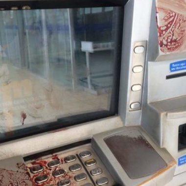 Agência da Caixa Econômica amanhece suja de sangue