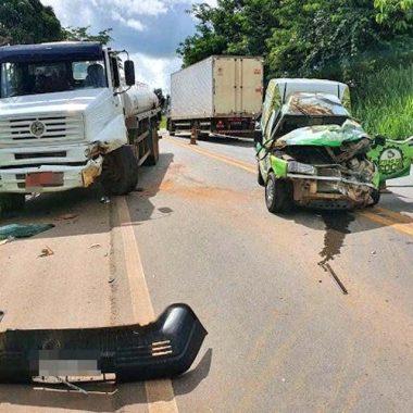 Caminhão carregado de combustível bate de frente com carro na BR-364
