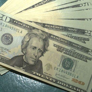 Dólar passa de R$ 5,50 e atinge maior valor desde novembro