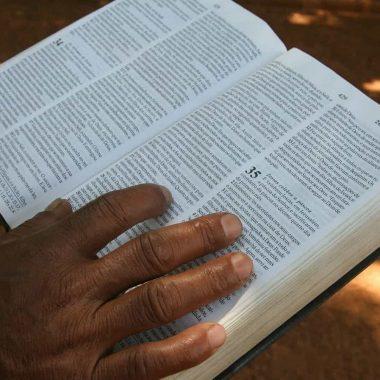 Perfil do brasileiro evangélico é feminina e negra, aponta Datafolha