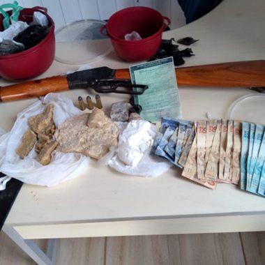 PM fecha boca de fumo e prende suspeitos com drogas e arma