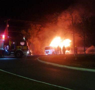 Caminhão pega fogo em pátio de transportadora na capital