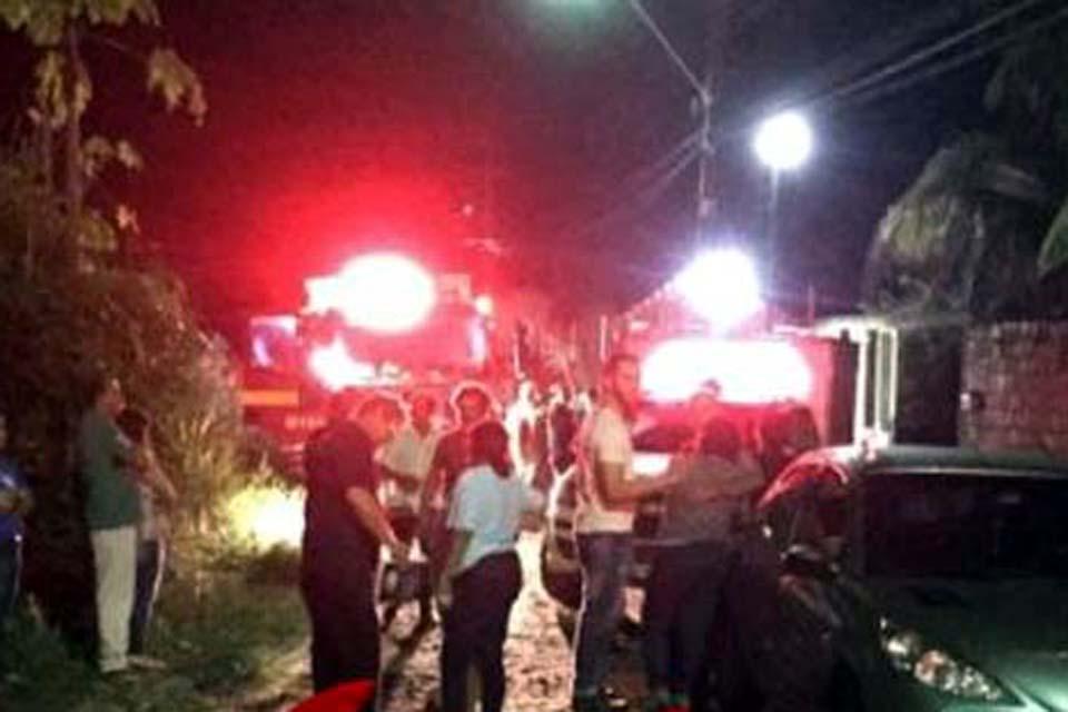 Corpo acorrentado é encontrado carbonizado após bombeiros apagar fogo em residência