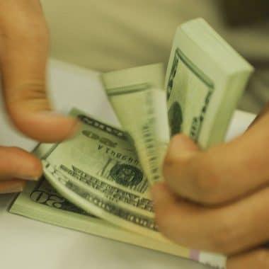 Dólar passa de R$ 4,32 e fecha no maior nível desde criação do real