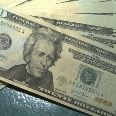 Dólar volta a cair e fecha em R$ 4,30 com atuação do BC