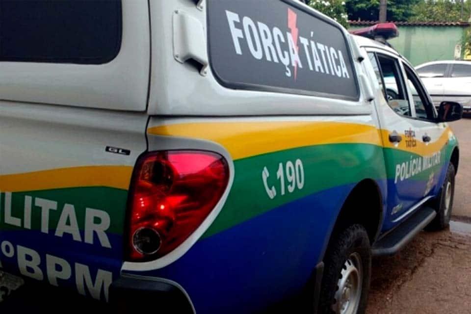 VIOLÊNCIA – Bando em Onix preto invade casa, rouba família e atira em morador