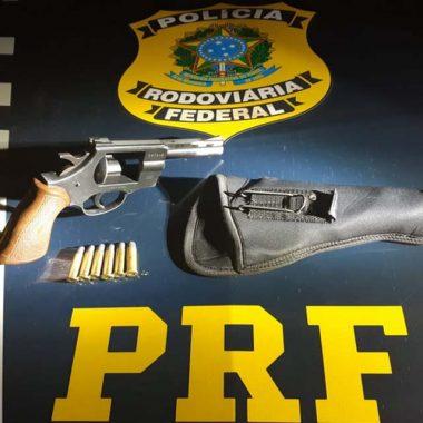 PRF flagra adolescente de 14 anos portando um revólver e dirigido uma caminhonete