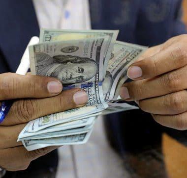Dólar renova recorde intradia após dados decepcionantes do comércio