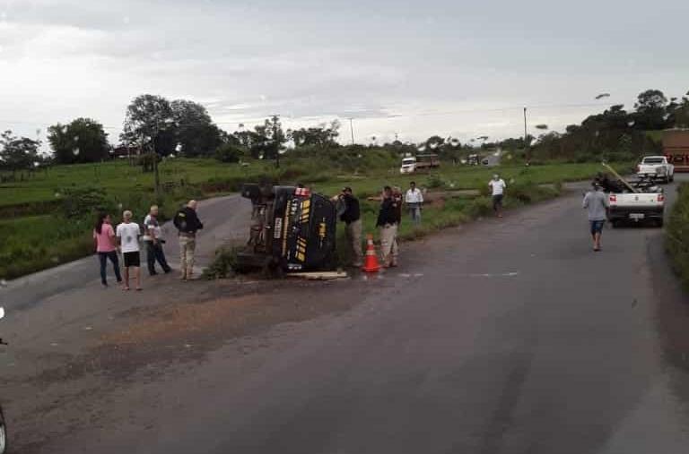 Viatura da PRF capota no Anel Viário de Ji-Paraná; ninguém se feriu
