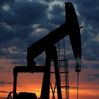 Covid-19: Preços de petróleo caem mais 6% após Trump suspender viagens