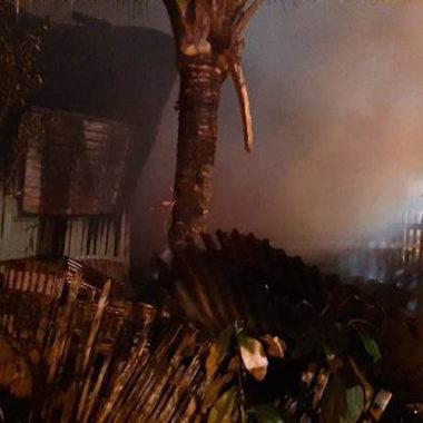Casa usada por usuários de drogas é parcialmente destruída por fogo em Vilhena