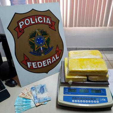 Ação da PF na rodoviária da Capital prende um e apreende mais de quatro quilos de cocaína