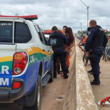 Garotas ameaçam pular da ponte do Rio Machado