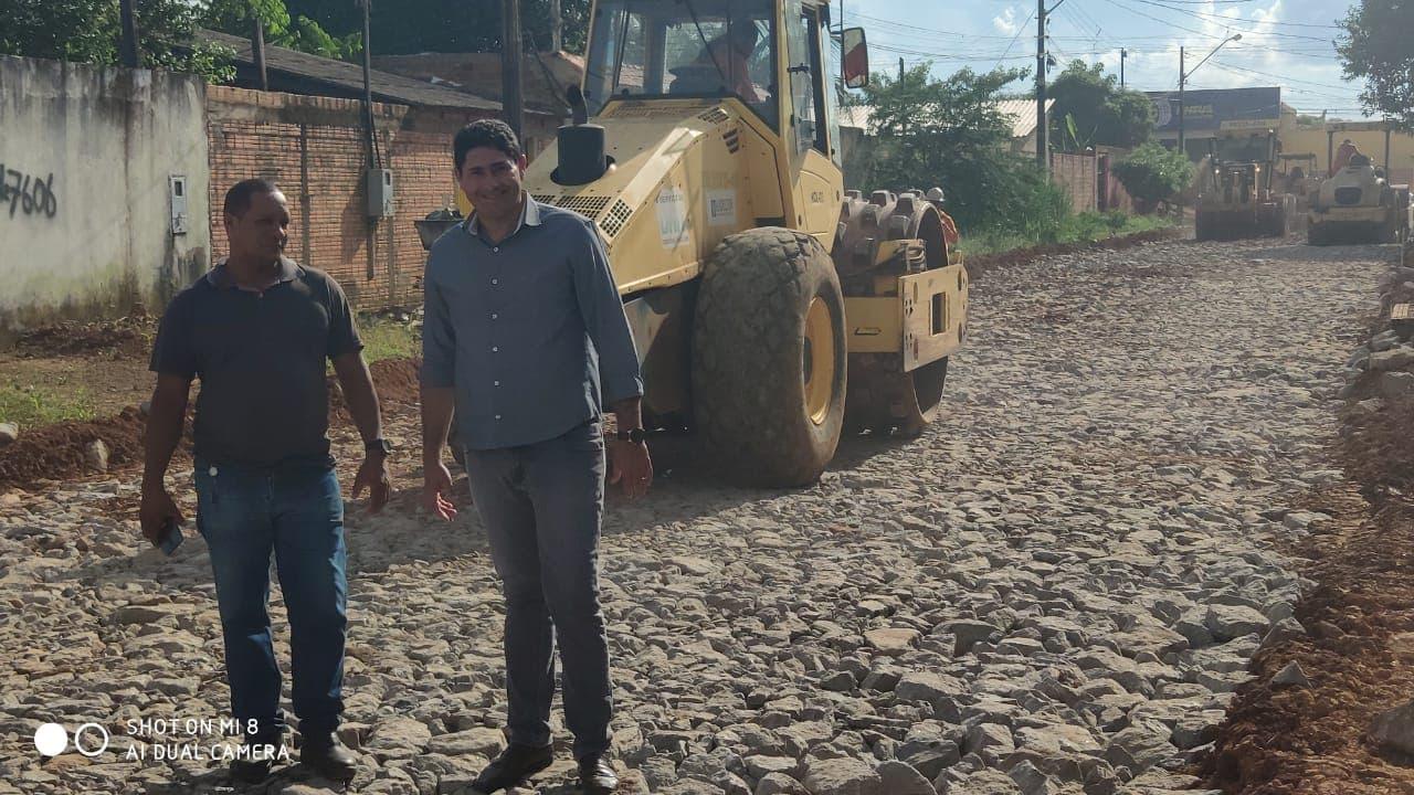 Vereador Marcio Pacele fiscaliza retomada das obras de drenagem e asfaltamento de diversas ruas no bairro Flamboyant