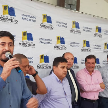Marcio Pacele participa de assinatura da ordem de serviço para retomada do asfaltamento de 21 ruas no bairro Flamboyant