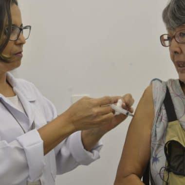 Campanha de vacinação contra gripe terá drive thru para idosos no Rio