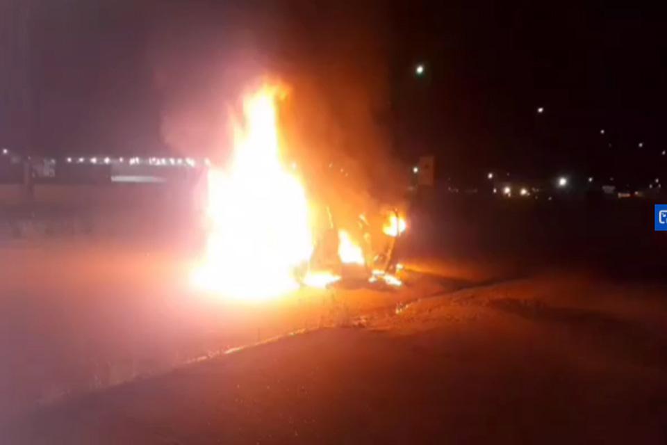 Carro pega fogo na marginal da BR-364 sentido Candeias do Jamari