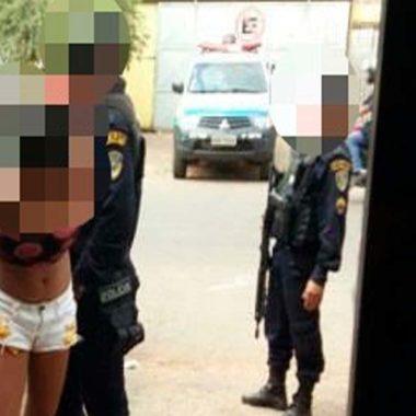 Mulher é presa após atrapalhar prisão do filho que roubo arma de PM