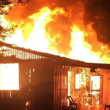 Homem briga com ex-mulher e põe fogo na casa com quatro filhos dentro