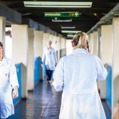Governo convoca mais de 260 profissionais de saúde para ajudar no combate ao Covid-19. Prazo é de 24h