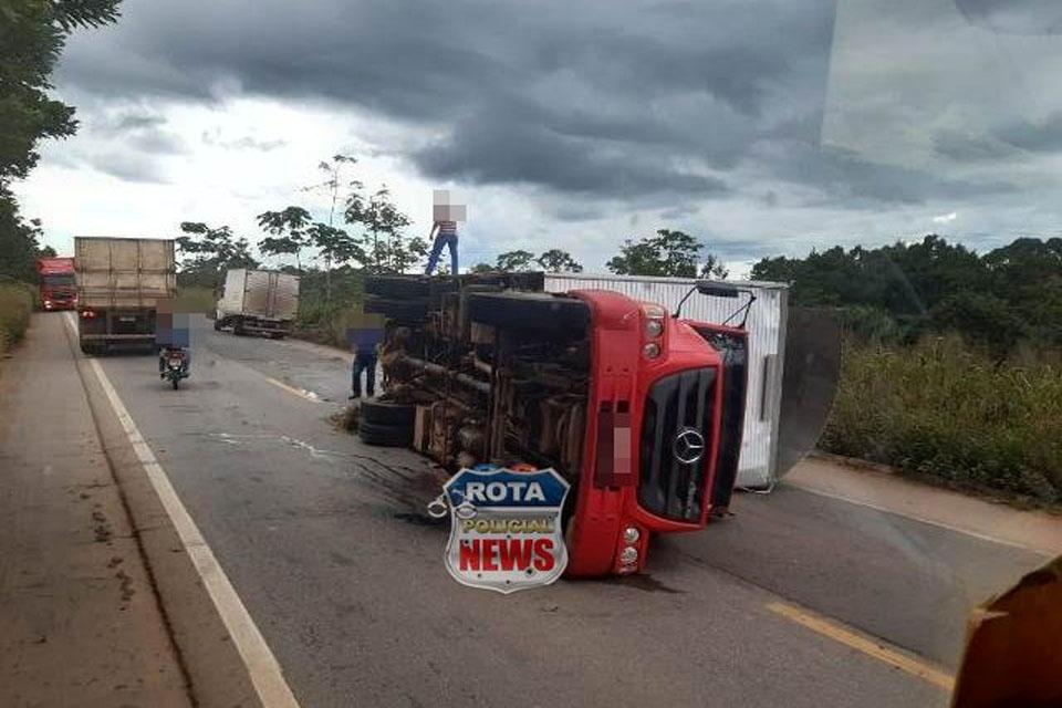 Caminhão baú tomba na BR-364 entre Cacoal e Presidente Médici