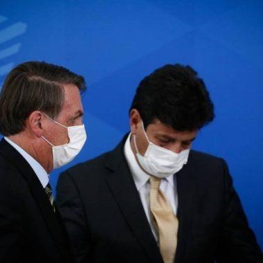 Bolsonaro decide demitir Mandetta, mas volta atrás