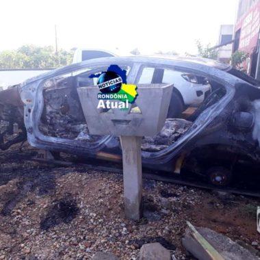 Dois carros são incendiados durante madrugada em Ji-Paraná