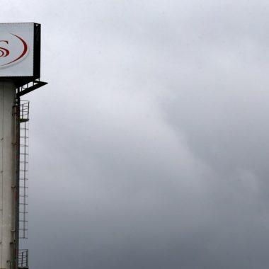 Frigorífico tem contaminação em massa de Covid-19 em trabalhadores e justiça interdita unidade da JBS em RO