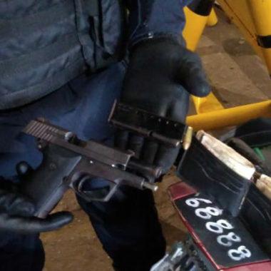 Policia Militar prende trio com carro roubado e pistola na zona sul