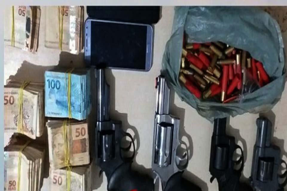 Policia Militar prende prende casal com R$ 52 mil e quatro armas de fogo