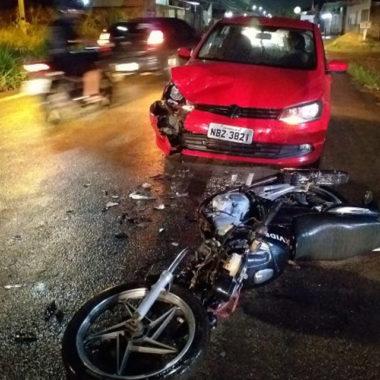 Motorista tenta fazer ultrapassagem e bate de frente com motociclista