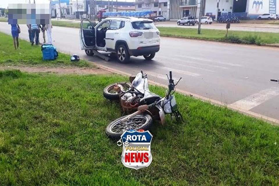Colisão entre moto e carro de luxo é registrada em rotatória da BR-364