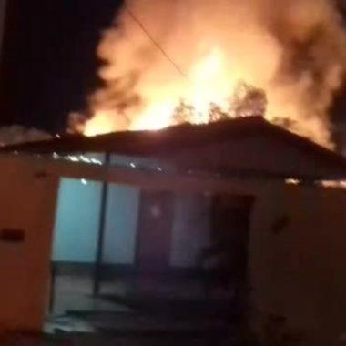 Jovem é morta a facadas e casa de suspeita é incendiada na zona leste