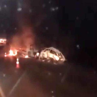 Carro e caminhão são destruídos por incêndio após colisão na BR-364