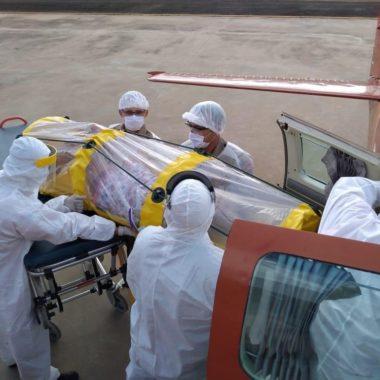 CORONAVÍRUS – Mulher com quadro grave de Covid-19 é colocada em cápsula e transportada de avião em Rondônia