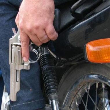 Bandidos armados assaltam mulher que havia acabado de sacar R$ 3 mil