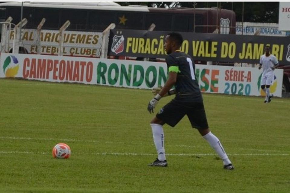 Goleiro Douglas Silva segue rotina de treinos e aguarda proposta