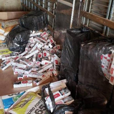 Caminhão com 90 mil maços de cigarros contrabandeados é apreendido pela PRF