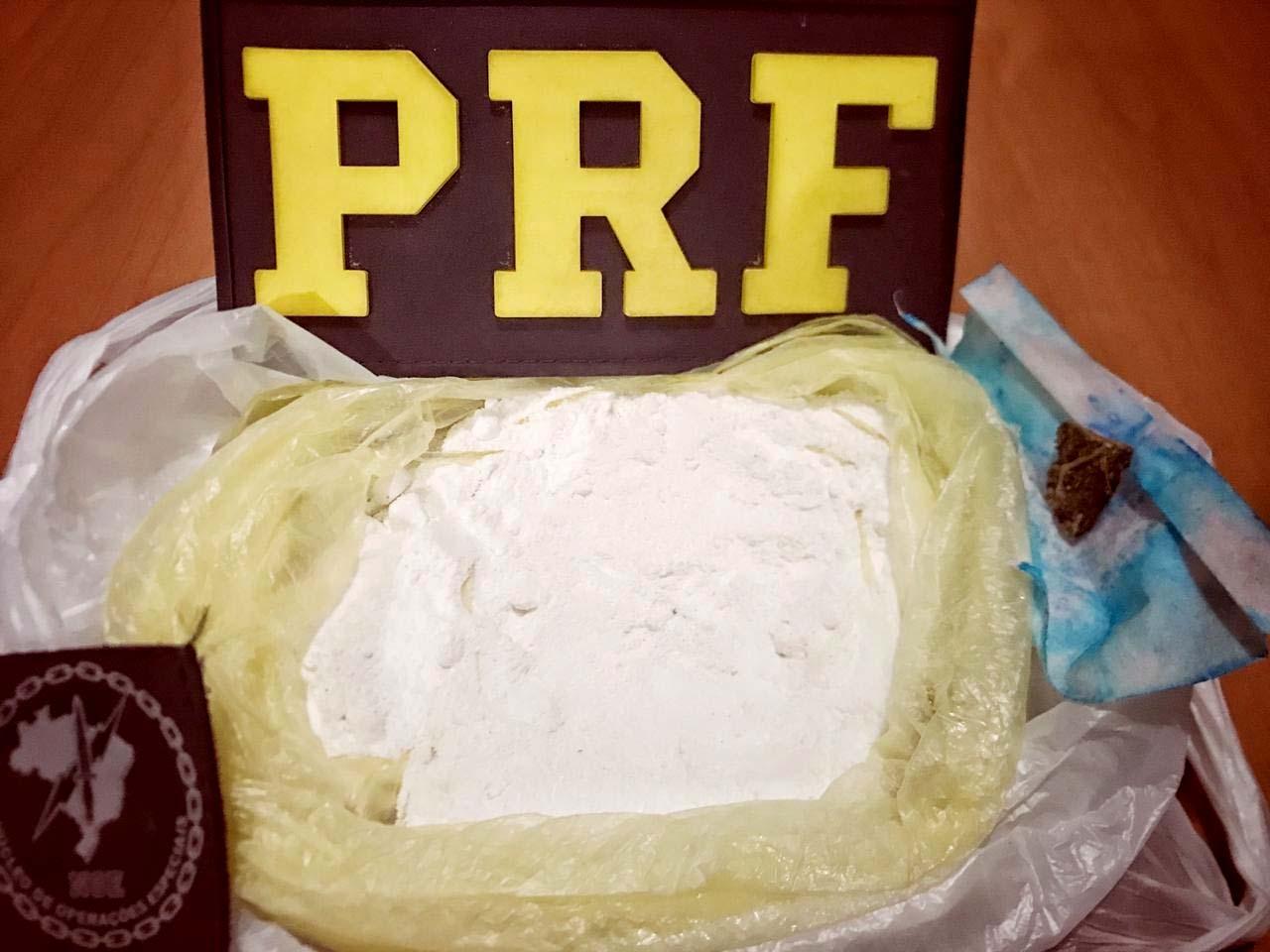 PRF prende passageiro de ônibus transportando 150 gramas de cocaína