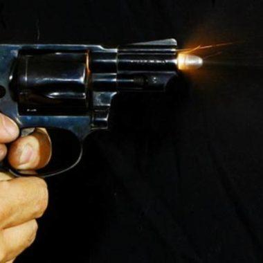 Armado com faca, rapaz de 21 anos corre atrás do ex-marido da namorada; homem havia atirado nele