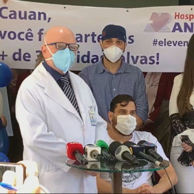 Cantor Cauan, irmão do secretario de saúde Fernando Máximo tem alta e deixa hospital após se recuperar da Covid-19