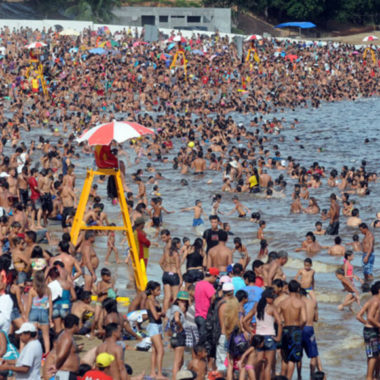 COVID19? – Praia no Norte é tomada por banhistas sem máscaras