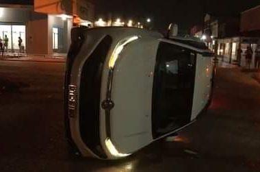 Forte batida no trânsito deixa carro tombado na pista, em Porto Velho