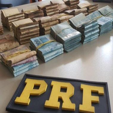 PRF identifica casal com mais de R$ 100 mil em compartimento secreto de bolsa