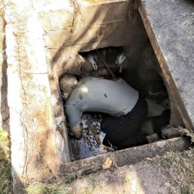 Cadáver é encontrado em esgoto
