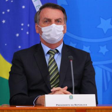 """""""Não adianta, vai pegar"""", diz Bolsonaro sobre autoridades com Covid-19"""