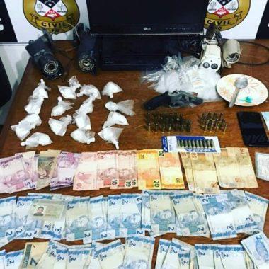Policiais do Denarc prendem vigilante com cocaína, arma e dinheiro em casa